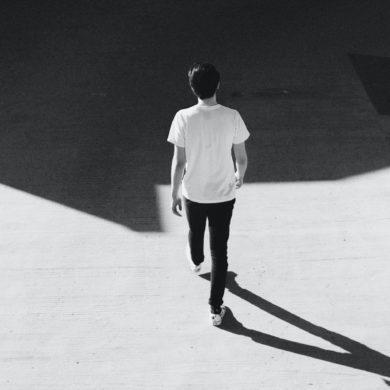 Ein gehender Mann. Foto: Reinhart Julian bei Unsplash